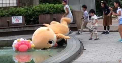 公園の池に落ちるちぃたん☆(カワウソちぃたん☆ YouTubeより)
