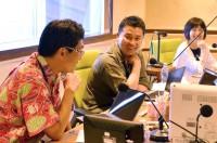 『夏休み子ども科学電話相談』生放送中のスタジオ 左から川上和人先生、小林快次先生、山田敦子アナウンサー