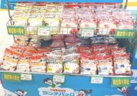 地域限定フレーバーが並ぶ『ランチパックSHOP』 写真の棚はTX秋葉原店