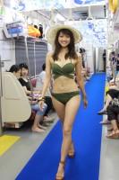 『三愛水着コラボ「マーメイドトレイン」』(2016年)車内ファッションショーの様子