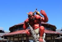 愛媛県・鬼北町の道の駅『森の三角ぼうし』に建つ「鬼王丸」像。写真提供/鬼北町役場