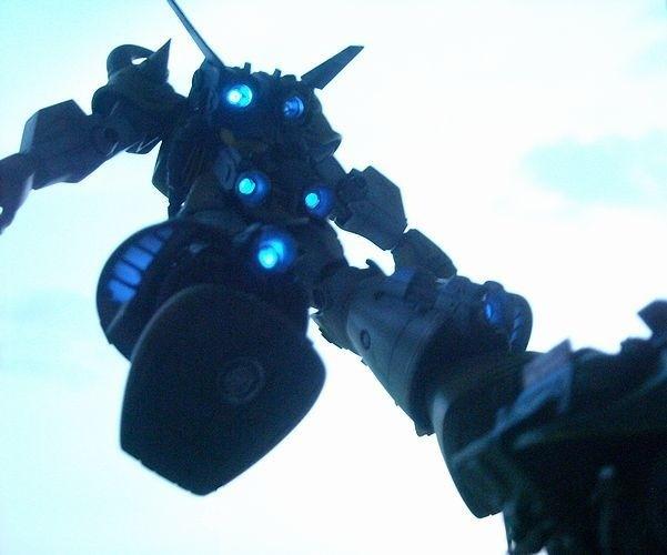 2013年製作した「1/144 MSVグフ飛行試験型」 バーニア全てに電飾を施している。特撮ぎみに撮影し臨場感を表現。 製作:ロク
