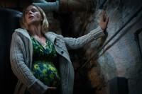 音を立てたら即死の中、たった一人で出産に挑むエヴリン(エミリー・ブラント) 映画『クワイエット・プレイス』