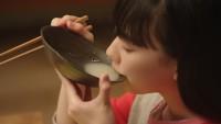 味の素「鍋キューブ」TV-CMに出演した芦田愛菜と佐藤二朗