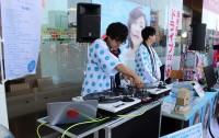 ミックスCD『ラブとポップ〜好きだった人を思い出す歌がある〜 mixed by DJ和』販促イベントの模様 (2018年、海老名サービスエリアにて)