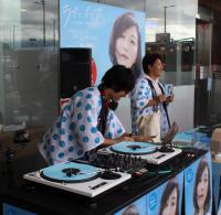 ミックスCD『ラブとポップ〜好きだった人を思い出す歌がある〜 mixed by DJ和』販促イベントの模様 (2017年、海老名サービスエリアにて)