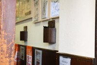 吉野家「築地1号店」店内。狭い店内を有効に活用するため壁に設置された箸入れ。