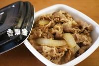 通常の「並盛」。玉ねぎ、牛肉、タレの量が黄金バランスで盛られている。