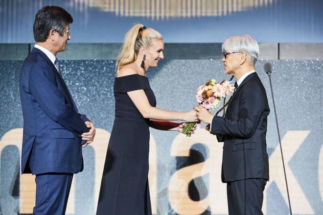 「今年のアジア映画人賞」を受賞した坂本龍一。オープニングセレモニーで表彰された