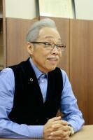 インタビューに答える谷村新司