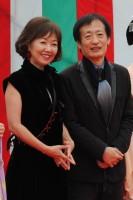 西本願寺のレッドカーペットに登場した浅田美代子と奥山和由プロデューサー