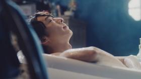 気持ち良さそうに入浴する高橋一生