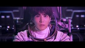 宇宙服に身を包み「コ…ロ…ロ?」とつぶやく岩田剛典