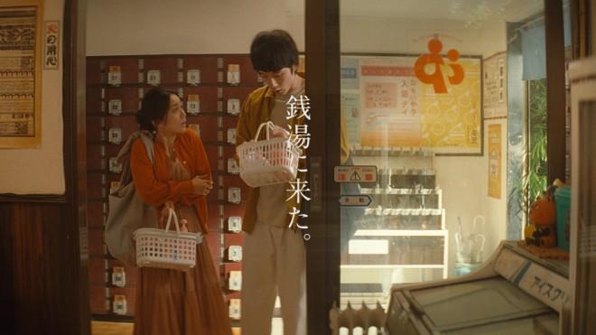 『ミノン』のCM「銭湯で」篇に出演した大島優子と坂口健太郎