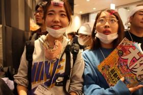 バスタ新宿で夜行バスに乗り込む大学生