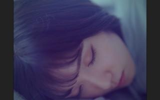 寝顔を見せる松岡茉優