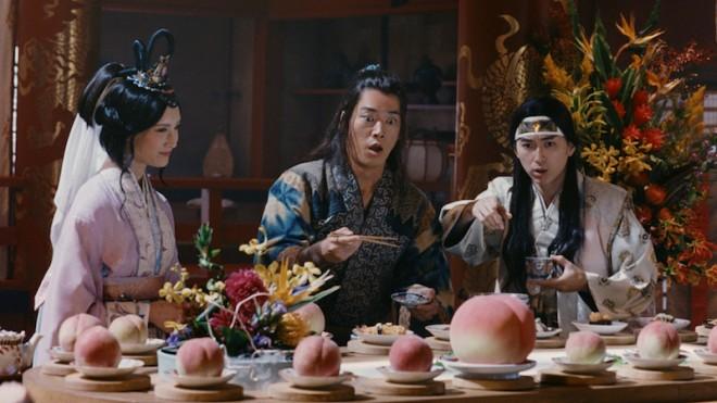 大きい桃が流れてきて驚く桃太郎と浦島太郎たち