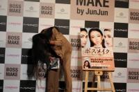 リクエストに答え、髪のかき上げを見せてくれるJunJun
