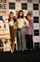 顔の大きさが際立つと言われ、「この立ち位置イヤ!」と言いながらもフォトセッションに応じる誠子
