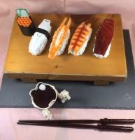 ガンプラお惣菜「寿司−ルド」(C)創通・サンライズ