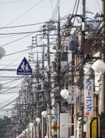 これぞ日本の空、電柱と電線が張り巡らされた街並み