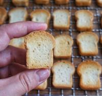 【食パン】トースト後、加工用のニスを塗る前の状態。制作&写真/rye