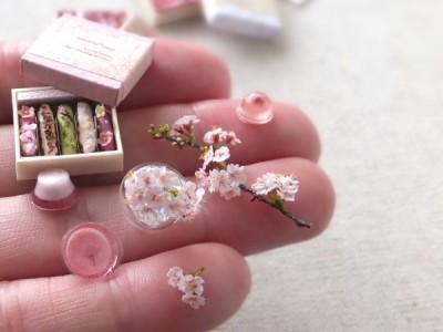海外でも人気の桜にスイーツをセットにした作品。制作・写真提供/shibazukeparipari