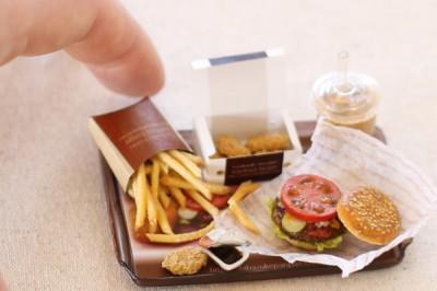 サブメニューのポテトにも手抜きなし!のハンバーガーセット。制作・写真提供/shibazukeparipari
