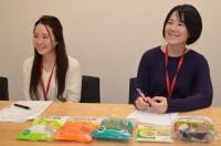 (左から)カット野菜について語るサラダクラブの商品開発チームの大野祥子さん、菊地瑠美さん