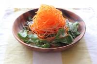 サラダクラブの『ベジタブル麺 にんじん』とベビーリーフのサラダ