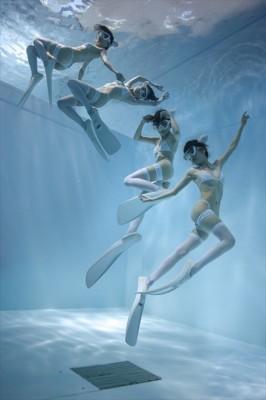 「水中ニーソ」(連写作品)モデル:真縞しまりす