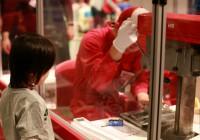 カシメマンが目の前でトミカを組み立ててくれる人気の「トミカ組立工場」(C)TOMY