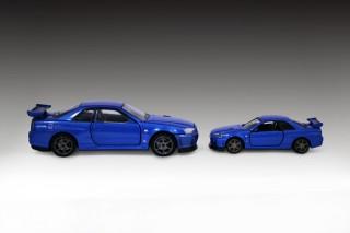 『トミカプレミアムRS 日産 スカイライン GT-R V・specII N?r(ベイサイドブルー)』(左)と『トミカプレミアム11 日産 スカイライン GT-R V-SPEC II Nur』(右)比較