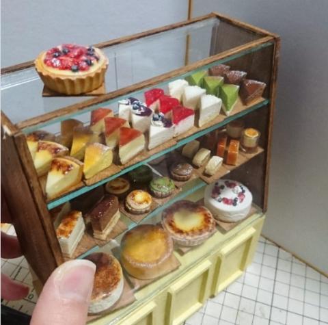 一番好きだというケーキのショーケース。この作品はチーズケーキ屋さん。制作・写真/misakiさん