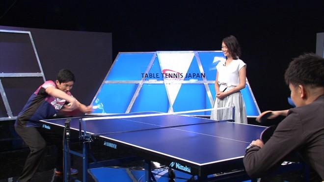 ゲストの卓球の張本智和選手と打ち合う『卓球ジャパン!』の番組MCの武井壮 (C)BSテレ東