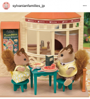 ピザの日だったので、くるみリスのお父さんとくるみリスちゃんは森のピザ屋さんにやってきました!とろーりチーズがとっても美味しそうです♪