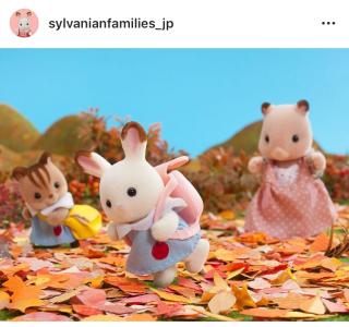 秋の遠足に出かけたショコラウサギの女の子たち