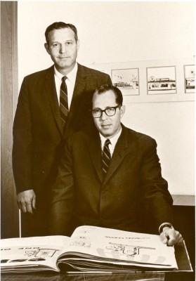 (左から)サーティワン アイスクリーム創設者のバートン・バスキン氏とアーヴィン・ロビンス氏