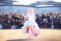 アニメ『魔法少女まどか マギカ』のアルティメットまどかの衣装でコス広場(防災公園)に登場したえなこ 写真:あゆむ