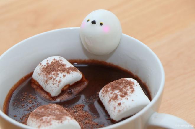 ココアの入ったカップにたたずむ、砂糖でできたシマエナガ