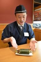 『まるごといわし巻』について語る、くら寿司の広報宣伝部の辻明宏さん