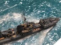 解説:艦首のうねる白波はランナーが入ってるビニールを扇形に切り取り、カーブさせて固定。その上にコットンを混ぜたジェルメディウムで白くしている/作品:1/700駆逐艦峯風/制作:K-5(@battleship_5)