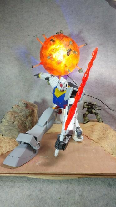 作品:ジーンのザクが爆散する火炎球には電飾が施されている。 制作:いべまに
