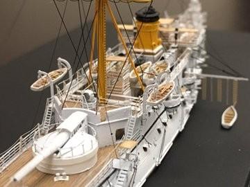 解説:不釣り合いな大きな主砲、一本煙突、一本マスト、タンブルフォーム、美しい艦首飾り、白い船体…K-5氏の代表作 防護巡洋艦 松島(2017年2月完成)/制作:K-5(@battleship_5)