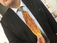 「いわさき」公式Twitterより「うなぎのネクタイどう?」