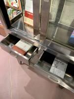 「処方箋」という名前の本棚。元は薬を入れておく棚。