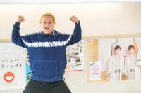 片岡愛之助ものまねで本人共演したポスターを前にポーズを決める、ガリットチュウ福島