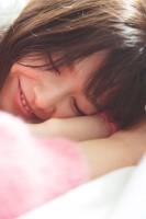 欅坂46・渡邉理佐の写真集からの「秘蔵カット」(画像は写真集公式ツイッターより)