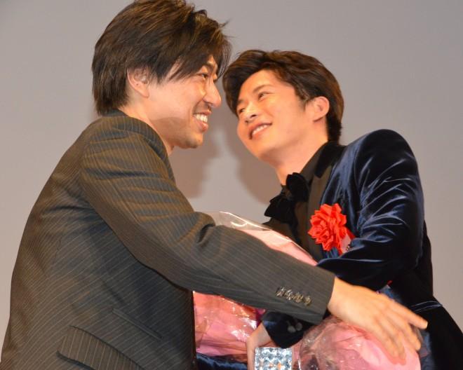 瑠東東一郎監督(左)とハグ