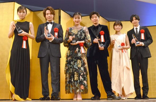 『2019年エランドール賞』で新人賞を受賞した(左から)松岡茉優、中村倫也、永野芽郁、田中圭、葵わかな、志尊淳